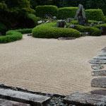 高梁市の頼久寺には小堀遠州作の庭園がありました。           ・石庭の縞くきっりと秋日濃し(和良)