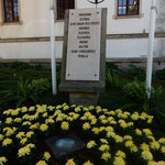 レイリア市の市庁舎前の花壇には菊が植えられていました。  ・姉妹都市日本にありと菊植ゑて(和良)