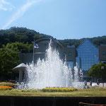 徳島市の文化の森の噴水です。夏休みの子供たちに人気でした。       ・噴水の始めの水のするすると(和良)