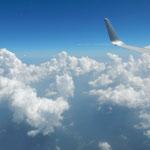 新千歳空港から徳島空港への直行便は雲の峰をいくつも越えました。   ・千歳より阿波へ幾峰雲の峰(和良)