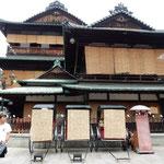 朝の道後温泉本館は観光客も少なく空いていました。          ・青簾香し朝の坊っちゃん湯(和良)