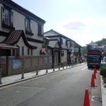 神戸市の北野異人館は坂の上にあります。レトロなバスが走っていました。                    ・秋風や坂の上なる異人館(和良)