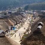 江戸時代に下野街道の宿場町だった大内宿に並ぶ茅葺の家です。     ・山笑ふ中に大内宿の里(和良)