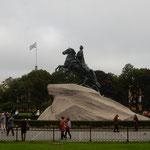 サンクトペテルブルグを要塞都市として作ったピョートル大帝の像です。 ・大帝の騎馬像に降る氷雨かな(和良)