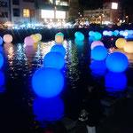 徳島市の新町川に電飾が点り、大勢の人が来ていました。          ・年の瀬や電飾に川煌めける(和良)