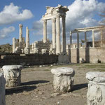トルコのベルガマにあるアクロポリス遺跡は山の上にありました。  ・大鷲やアクロポリスの空高し (和良)