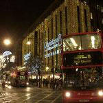 ロンドンの目抜き通りでは早々とクリスマスセールが始まっていました。  ・ロンドンの五時は夜の部飾売(和良)