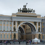 エルミタージュ美術館の宮殿広場には大きな凱旋門がありました。     ・庭園に秋の風吹く美術館(和良)