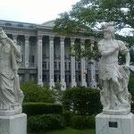 八王子市の東京富士美術館のベランダから見た東京牧口記念会館です。  ・万緑の中に勇者の像立てり(和良)