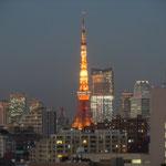 高輪のホテルの窓から夜空に輝く東京タワーが見えました。                                 ・冬の夜の東京タワー赤々と(和良)