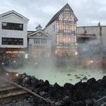 群馬県草津温泉の湯畑です。湯煙が立ち込め硫黄の匂いがしました。            ・灯りゐて草津山の湯暮早し(和良)