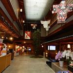 宿泊した和倉温泉の加賀屋ではホテルの中に街がありました。      ・加賀屋なる正月飾り残る宿(和良)