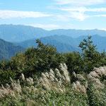 湯沢高原にロープウエイで登りました。赤蜻蛉が飛んでいました。     ・高原の空を占領赤蜻蛉(和良)