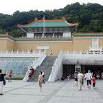 台北市の故宮博物院です。歴代皇帝が収集された秘宝が展示されていました。 ・新涼の白美しき故宮かな(和良)