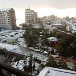 加賀屋の部屋からは湯煙の立つ和倉温泉の風景も眺められました。    ・湯煙や雪の和倉は静かなる(和良)