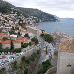 ドブロヴニクの城壁から眺めた城外の風景です。            ・小春日のアドリア海の青さかな(和良)