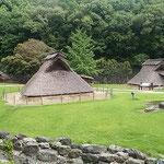 徳島市の史跡公園にある竪穴式住居です。なかは意外に涼しかったです。 ・竪穴式住居を出ればこの溽暑(和良)