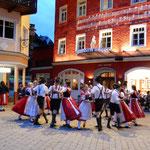 五月祭の子らのダンスには初夏を迎えた喜びがあふれていました。    ・夏来る喜び子らのダンスにも(和良)