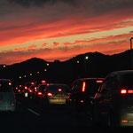 渋滞する名神高速道路から見えた琵琶湖周辺の夕焼です。         ・比良比叡描き出したる夕焼かな(和良)