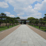 大阪城では濠を渡ると大手門まで真っ直ぐに道が続いていました。              ・大手門前に緑陰なかりけり(和良)