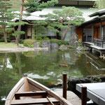 迎賓館の中庭の池には船遊びの舟があり鯉が泳いでいました。        ・鯉の赤松の緑に秋日濃し(和良)