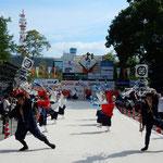 高知城下の緑陰はよさこい踊の観客席になっていました。          ・御城下の緑陰にゐて踊見る(和良)