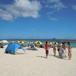 沖縄の本部半島の先端に浮ぶ水納島の海水浴場は若い人で一杯でした。 ・カラフルや珊瑚の浜の砂日傘(和良)
