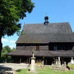 クラクフ郊外のマウォボルスカ地方にある世界遺産の木造教会です。   ・木造の教会囲む夏木立(和良)