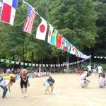 徳島城のある徳島市中央公園で保育所の運動会が開かれていました。                      ・万国旗はためく秋の空高く(和良)