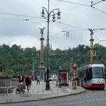 夏霧が晴れるとプラハの街は明るく輝いて見えました。         ・夏霧の晴れて明るき街となる(和良)