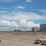 梅雨晴れの羽田空港には真っ青な空が広がっていました。        ・梅雨晴れの空の真青でありにけり(和良)