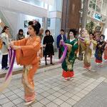 春祭の道後温泉ではお土産店の続く路地を芸者衆が練り歩きました。   ・春宵の路地練り歩く芸者衆(和良)