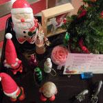 ホテルではどこのフロアにもサンタが飾られていました。                ・クリスマスどのフロアにもゐるサンタ(和良)