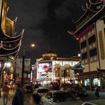 上海万博のあと豫園に行きました。中天に後の月が懸かっていました。  ・上海は夜景の街よ後の月(和良)