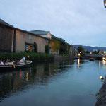 小樽運河に瓦斯灯が点るとクルージングの観光客から歓声が上りました。                     ・瓦斯灯の点る運河の風涼し(和良)
