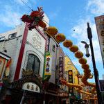 横浜中華街のメイン通りには早々と春節を祝う龍が飾られていました。  ・春節の龍の飾りのはやばやと(和良)