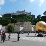 ザルツブルグの広場には金色に輝くモニュメントがありました。     ・炎昼に金のまぶしきモニュメント(和良)
