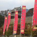 長野県上田市の上田城跡では真田十勇士の赤い幟が立っていました。           ・上田城紅葉明りに櫓立つ(和良)