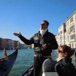 水の都ベネチアではゴンドラで遊覧しました。素晴らしい舟唄も聴きました。 ・舟唄につのる愁思のありにけり(和良)