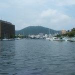 新町川の河口から徳島県庁とヨットハーバー、眉山が見えました。 ・河口にはさざ波もなし船遊(和良)