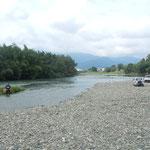 丈六寺の前の勝浦川では落鮎を釣る人たちがいました。                               ・落鮎を釣るとは待ちに待てること(和良)