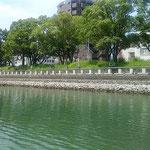 蜂須賀家の典医だった関寛斎の像がある中徳島河畔緑地です。 ・橋ごとに変はる町の名船遊(和良)
