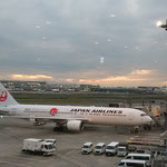 夜の灯が点り始めて羽田空港です。富士は見えませんでした。     ・冬の灯の点り始めしエアポート(和良)
