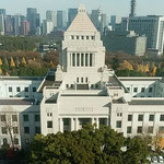 臨時国会の終わった議事堂は黄落の中に凛然とそびえていました。    ・黄落の世に議事堂の凛然と(和良)