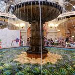 グム百貨店では西瓜とメロンを噴水の水に浮かべて冷やしていました。  ・噴水の水に西瓜を浮かばせて(和良)