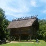 徳島市の阿波史跡公園には復元された高床倉庫があります。       ・高床の涼しき道を蟻の行く(和良)