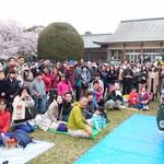 小金井桜まつりには獅子舞などの郷土芸能も出ていました。         ・縁日のやうなお花見獅子舞も(和良)