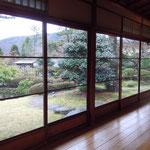 箱根小涌園の茶寮「椿山荘」で名画を鑑賞した後、お蕎麦をいただきました。            ・波打てる玻璃戸の庭の落椿(和良)