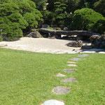 旧徳島城表御殿の石庭に秋の日が濃く差していました。  ・秋日濃し御殿の庭の石庭に(和良)