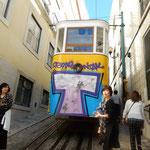 リスボンは坂の多い街でケーブルカーに乗って行きました。  ・リスボンは坂多き街秋深し(和良)